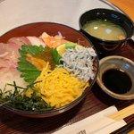 浜料理がんがん - がんがん名物海鮮丼(お味噌汁付き)1,300円(税別)