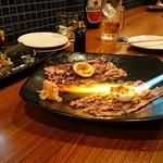 98663856 - 1810_Sumibi-炭火-_ABURI NIKU EGG@free(炙り肉卵巻き)_目の前でバーナーで炙って作ってくれて臨場感あります。良いパフォーマンスです!