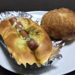 粉とクリーム - 充実の朝食。       惣菜パソはカレーかウインナーにかぎる!