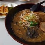 福家 - 黒コク味噌ラーメンと餃子。☺️