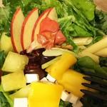 アロハサラダ - アロハパッションサラダ(税込1080円)ドレッシング:パッション グルテンフリーのパスタの上に、チェリー・マンゴー・りんご・メロン・クランベリー・チーズ・ケール等の新鮮なフルーツと野菜がたっぷり♪