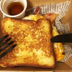アロハサラダ - フレンチトースト ベーコン&エッグ(税込650円) お食事系フレンチトーストなのに、たっぷりメープルシロップが付いています☆ メープルシロップの甘みにカリカリベーコンの旨味と塩気が絶妙♪