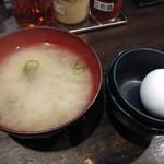 伝説のすた丼屋 - ミニすた丼(味噌汁&生卵付き)530円の味噌汁と生卵