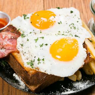 モーニングからディナーまで、多彩な卵料理を提供