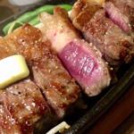 1ポンドのステーキハンバーグタケル - ミディアムレアなので、肉の中心部はレアです。