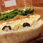 ファイブラン - ニシソワーズのサンド。中身がなんであれとにかくパン自体がおいしい。ほのかな小麦の甘み。かおり。また絶対うかがいます。