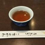神田きくかわ - 温かいお茶を飲みながら、鰻を待ちます。