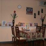 タイ料理サバイ・サバイ - 店内はタイポップスのDVDが流れています。