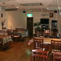 サバイ・サバイ - 客席です。4~8名がけのテーブルが6卓あります。