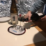 湯けむり屋台 つまみ - 利き酒注ぐ