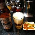 大勝軒まるいち - ドリンク写真:瓶ビール小瓶、お通し付き