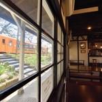 赤い屋根の喫茶店 駅舎 - 津軽鉄道の駅ホームに直結。トレインビューをお楽しみ下さい。