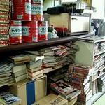98715395 - 無造作に書籍が並ぶ店内