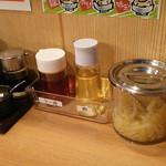 豚骨ラーメン ぜろや - 卓上調味料いっぱい!ヽ(≧∀≦)ノ(でも酢生姜の隣に紅生姜って、どっちか片方だけで十分だと思うの。笑)