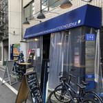 炭火バル 神田岩本町style - 外観写真:和泉橋を渡りビル街に入った所にある。 店内はカウンターとテーブル席でこじんまりしてる。外には少しテラス席も。 お昼時はサラリーマン達のランチで賑わってる。満席ではないけど入れ替わり立ち替わりって感じ。