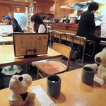 天ぷら けやき - 落ち着いた雰囲気の店内で、外国人のお客さんも いっぱい食べに来てるよ。カウンター席だと 天ぷらを揚げているところが見られます。