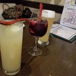 神戸野菜とフルーツ kitchen de kitchen~キッチン デ キッチン~ - 左からジングレープフルーツ、サングリア、フルーツビール