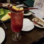 神戸野菜とフルーツ kitchen de kitchen~キッチン デ キッチン~ - ラズベリービネガー酎ハイ割 フルーツが入ってます