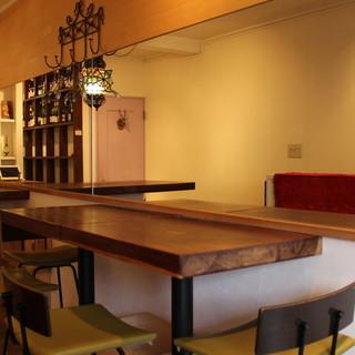 2000本以上の自然派ワインが並ぶワインショップを店内に併設