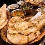 ヒマラヤンビレッジ - カレーとナン三種ずつ