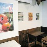 やさいや田町ダイニング - お店の中はこんな感じ 壁には新鮮な鎌倉野菜の写真を並べました