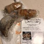 パネッテリーア トリトン - ハーブソーセージのライ麦パン2つ、白いちじくレーズンくるみオレンジの全粒粉パン、