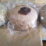バニトイベーグル - おたのしみ袋の中は…左から ・セサミベーグル ・胡桃とこし餡ベーグル ・ブルーベリーチョコベーグルでした