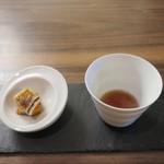 センプリチェ - 料理写真:表面を焼いたブリー・ド・モーとコンソメ