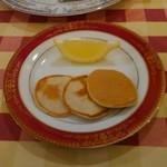 98750224 - キャビア用の蕎麦粉のパンケーキ