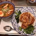 カオマンガイキッチン - フルサイズの「カオマンガイ トード」とハーフサイズの「クイッティオ トムヤム」