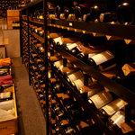 日本料理 彩々楽 - 地下にはワインセラー 常時約1000本程の品揃え