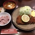豚珍館 - 料理写真:ロースカツ定食  ご飯は古代米