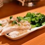 曾さんの餃子 - 【二種盛り】[手前]蒸鶏のねぎソース@390円
