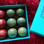 98771442 -  パリからのお土産  美しい箱    開けたら うわあ 〜きれい❣️   美し過ぎる    宝石                           赤いパッキング   どうしたの?                        クリスマスだから     買ったの     ありがとう