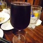 国分寺ワイン酒場 ウシカミGabu - なみなみ注がれたグラスワイン オスコ(赤)500円