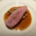 ル・ゼフィール - 豚の焼き具合が素晴らしい。付け合わせは栗!