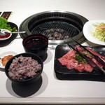 焼肉 清香園 - カルビランチ¥1200。野菜は「焼き野菜 or チシャ」、汁物は「わかめスープ or 味噌汁」、ご飯は「白米 or 十穀米」のチョイスになります。