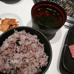 焼肉 清香園 - カルビランチ(¥1200)の十穀米・わかめスープ・キムチ