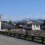 大津屋 - 遠くに恵那山が見えます
