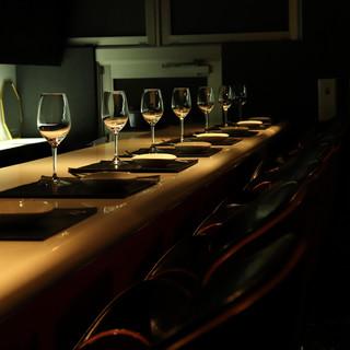 """""""上質な黒""""が基調のシックな空間で白ワインを"""