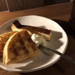 りむ商会 - アメリカンワッフル2枚250円+ホイップクリーム50円 チーズケーキ300円