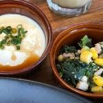 コーデュロイカフェ - 小鉢は「奴」と「ほうれん草とベーコンの炒め物」。どちらも普通。