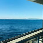 98841309 - カフェスペースの窓から見える青い海と富士山!