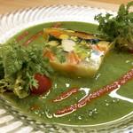 シェ・ヒャクタケ - 海の幸とお野菜のゼリー寄せ バジルとトマトソースで