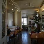 成田専蔵珈琲店 - 店内はカウンターもあります