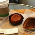 98847375 - コーヒー、ファーブルトン(中央)、キャロットケーキ(右端)
