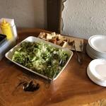 エントランス - 料理写真:パンとサラダ