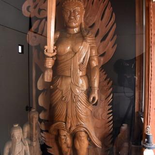 昭和34年創業当時の写真や初代店主が彫った仏像を展示してます