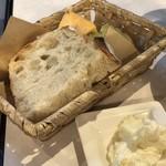 バール ヴィータ - ◆パンは数種類用意され温めるためのトースターも。 お野菜パンは柔らかくて美味しいですし、ホイップバターも好み。