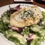 ブラッスリーオザミ丸の内 - ブルゴーニュ産シャロレクラビト(山羊のチーズ)のオーブン焼きサラダ